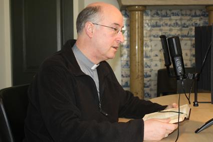 Monseigneur Liesen tijdens opname